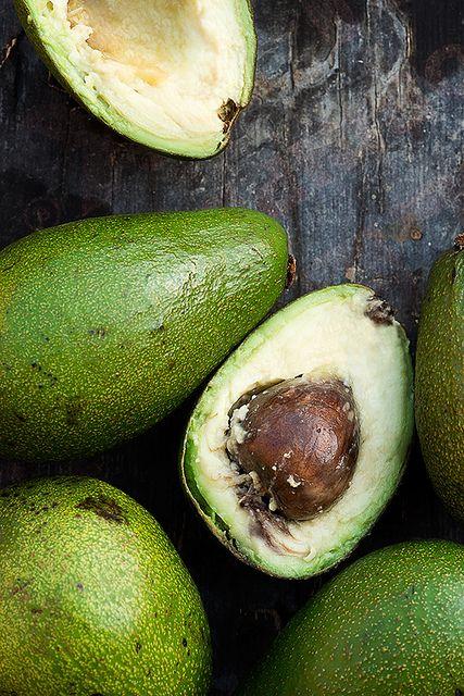 Quando incluído em refeições ou lanches com baixo teor de gordura, o abacate fornece um grande número de nutrientes importantes. A metade de um abacate médio, cerca de 115 gramas, fornece 500 mg de potássio e mais de 26% da Ingestão Diária Recomendada (IDR) de ácido fólico. Também fornece quase 6% da IDR de ferro, vitaminas C, E e B6. (Fonte: Guia Alimentação Saudável)