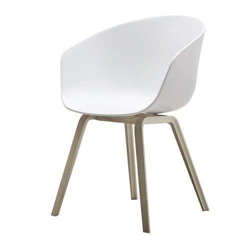De kuip met armsteun is gemaakt van polypropyleen en verkrijgbaar in meerdere kleuren. Het onderstel is gemaakt van eikenhout en is afgewerkt met een matte, transparante lak. (matt lacquered)De AAC22 stoelen worden standaard geleverd met glijders.   Afmeting: 59 x 79 x 52 cm (bxhxd)  Zithoogte: 46 cm  Armleuning hoogte: 72 cm