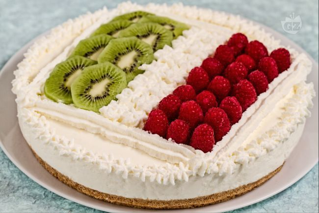 La cheesecake Italia è una divertente cheesecake fredda la cui guarnizione a base di frutta fresca e panna rievoca la bandiera italiana.