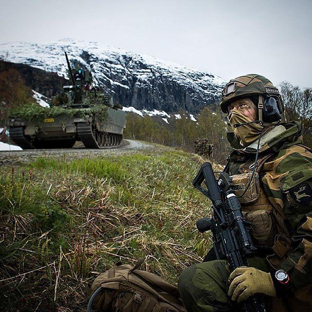 Repost @frederikringnes ・・・ En god torsdag med skarpskyting med Brigade Nord og 2. bataljon. God stemning. #infosoldat #hæren #nord #førstegangstjeneste #milforum #military #soldier #weapons #battletank #armour #armouredvehicle #norwegianarmy #armedforces #norway #visitnorway #army