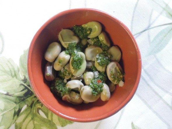 Favas com Molho Verde - Coma de entrada ou com bacalhau cozido. http://grafe-e-faca.com/pt/receitas/molhos-acompanhamentos/acompanhamentos/favas-com-molho-verde/