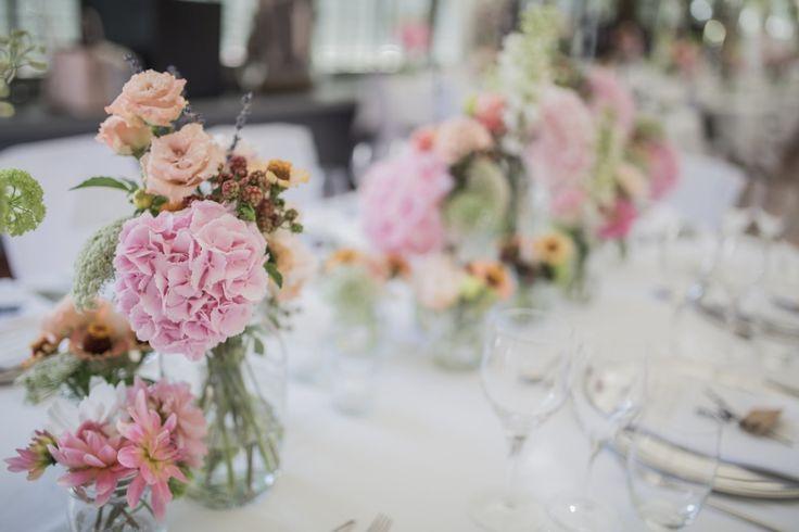 Flower Power in Nymphenburg #hochzeitsdekoration #pastell #sommer #wedding #hochzeitsplaner http://www.festefeiern.by/ Fotografie: http://www.heikekrestelfotografie.de/