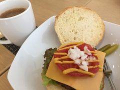 今日は打ち合わせがてら西新のvientへ  ハンバーガーとコーヒで486円  美味しくてお財布に優しすぎるハンバーガー  帰りには久々の方にも会えご機嫌マックスでお仕事できそうです  #ハンバーガー #西新 #Vient #ワンコイン #ランチ #福岡市  tags[福岡県]