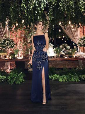 Look de festa da Carol Tognon com vestido longo azul marinho e pedras com bordado, assim como fendas na perna e na lateral da barriga