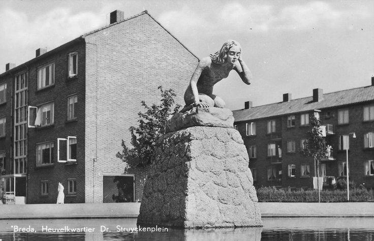"""KLIK OP DEZE FOTO VOOR EEN VERGROTING . . .   Dr Struyckenplein te Breda, in de wijk Heuvelkwartier, met het beeld van """"De Baadster"""" van Tilburgse beeldhouwster S. Perquin-Brons. De foto dateert van 1960. Fotograaf: niet bekend."""