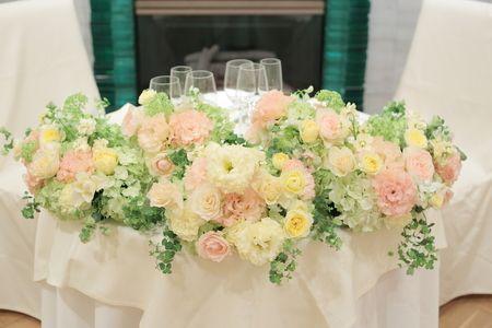 会場装花 ひらまつレゼルブ様へ 薄い黄色とオレンジの卓上装花 : 一会 ウエディングの花