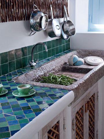 Provençal a l'ancienne --------------  Des carreaux originaux dans la cuisine  Photo : Nicolas Mathéus