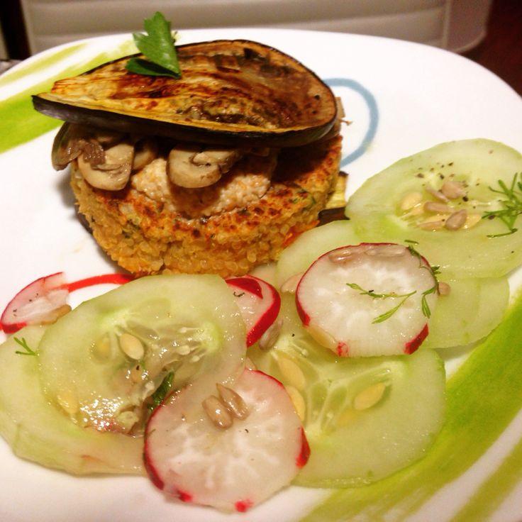 Hamburguesa de quinua, con berenjena asada, champiñones, salsa de ajonjolí y ensalada.