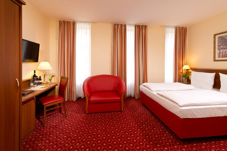 Alle Zimmer dieser Kategorie sind mit einem Sessel bzw. einem kleinem Sofa ausgestattet und mit Doppelbett 160x200 cm) bzw. getrennten Betten (2x90x200 cm.) verfügbar. Buchbar für bis1-2 Personen.