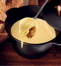 Valle d'Aosta - ricetta tradizionale della Fonduta - dosi per 4 persone: - 400 g di Fontina DOP - 30 g di burro - 4 tuorli d'uovo. Porre la Fontina tagliata a fettine in un recipiente e ricoprire di latte per una notte. Mettere in una casseruola il burro, i tuorli e la Fontina macerata col latte e far cuocere a bagnomaria, rimestando continuamente con un cucchiaio di legno fino a che diventerà una crema liscia e densa. Aggiungere un pizzico di pepe e versare bollente, nelle scodelle.