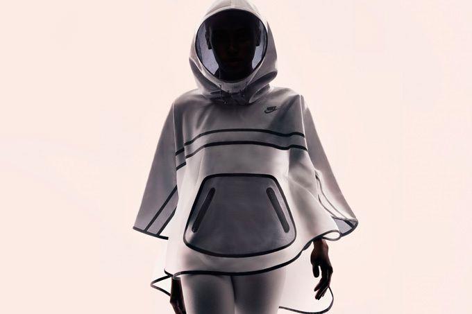 宇宙服の最新バージョンかなぁ?ナイキのポンチョ?