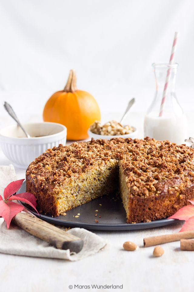 Ein gesunder und saftiger Kürbis-Bananenkuchen mit Xylit und Erythrit. Außerdem mit Vollkornmehl, gemahlenen Mandeln und Eiweißpulver.