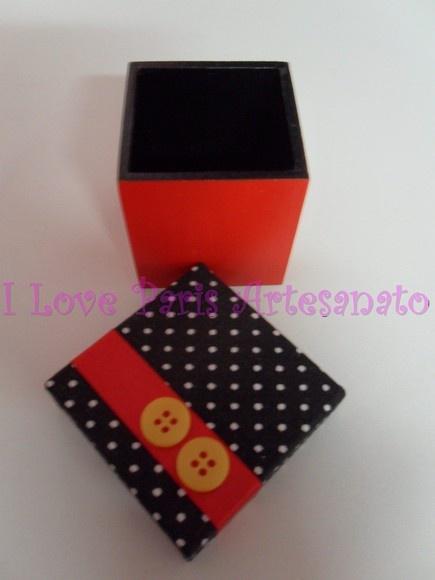 Caixa MDF, tampa revestida de tecido, decoração com fita de cetim vermelha e botoes amarelos.Fundo pintado nas cores do Mickey. Ideal para lembrancinhas de aniversario. Consulte também caixas para lancheirinhas medindo 10x10x10cm no mesmo modelo.