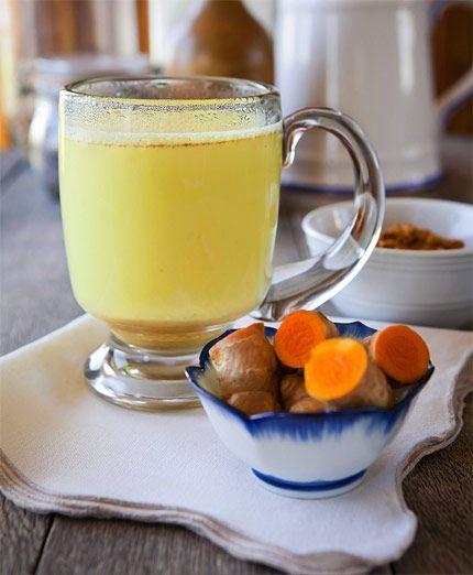 Golden milk, eller guldmjölk, innehåller gurkmeja – en krydda som används flitigt inom ayurvedisk matlagning.