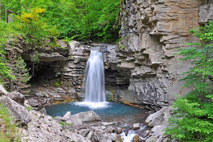 Dans les Alpes-de-Haute-Provence, la petite route menant au village d'Auzet traverse un impressionnant canyon de roches noires, où coule un torrent en cascade. La cascade d'Auzet ou du saut de la Pie offre un spectacle de toute beauté dans un site sauvage et pittoresque. Cascade d'Auzet