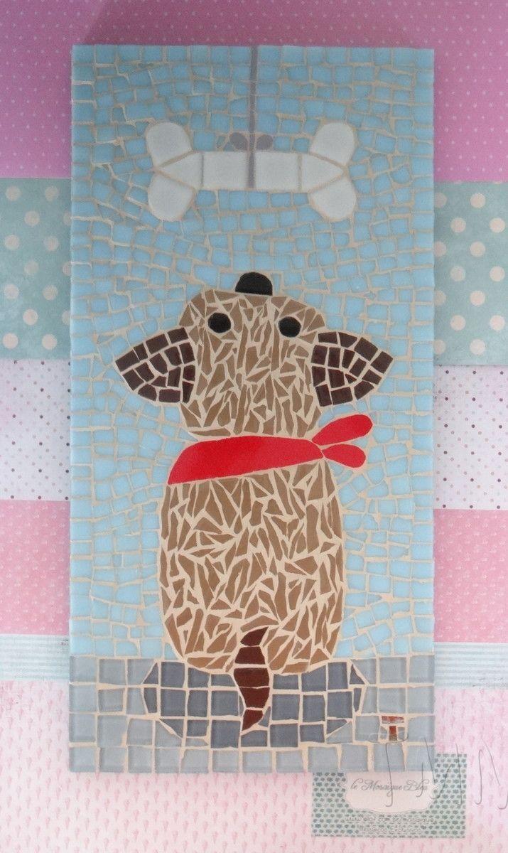 Quadro de Mosaico Auau, um cachorrinho fofo esperando por seu osso. <br>Design exclusivo, feito pela mosaicista Tainah Neves. <br> <br>Mosaico feito à mão com Pastilhas de Vidro, Pastilha Cristal, Azulejo, Pastilha de Vidro Reciclado, Pastilha de Cerâmica, Pastilha de Porcelana. <br> <br> <br> <br>Dimensões: 40 cm x 20 cm, espessura 1,3 cm.