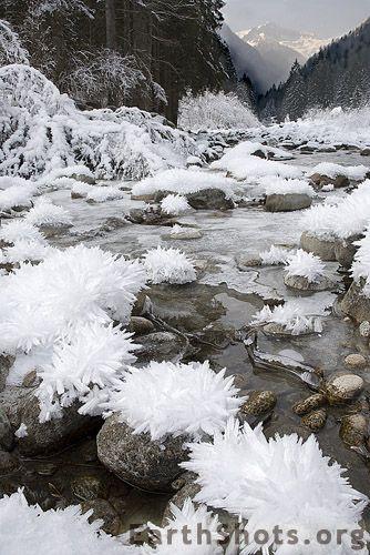 """Vale de flores de gelo, por Alessandro Zocchi. """"Este é um dos vales mais frios nas Dolomitas italianas. O sol nunca alcança os lugares mais embaixo no inverno, e a natureza pode ter esta diversão aqui, criando espetaculares formações de gelo."""""""