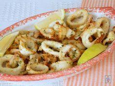 Anelli di calamari cotti in forno, con una leggera impanatura che li mantiene morbidi, pronti in pochissimo tempo e veramente facilissimi da preparare.