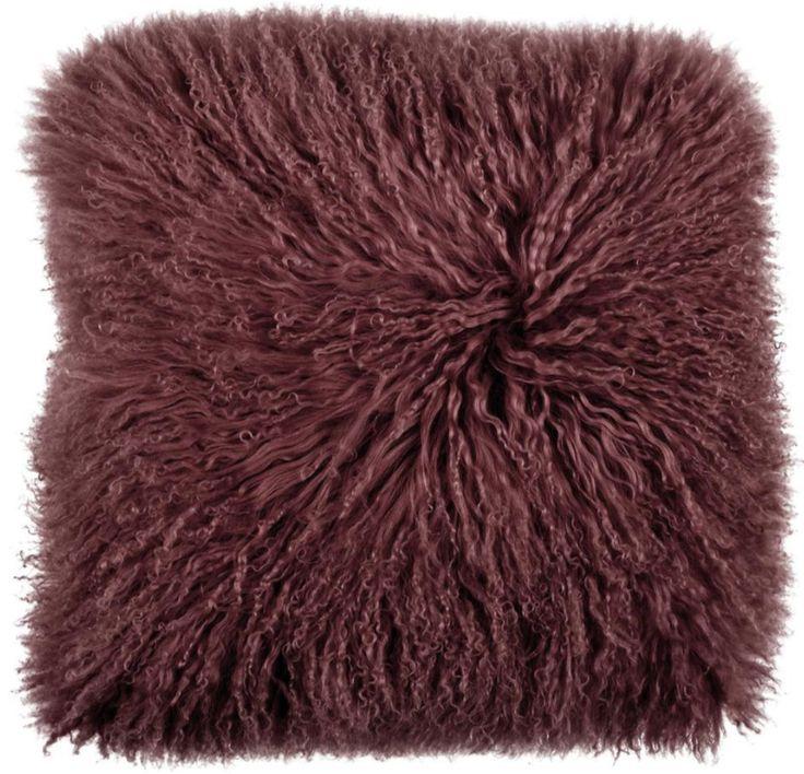 Maak je interieur aaibaar met zachte materialen. Dit wijnrode kussen van lamswol helpt je hierbij - Goossens wonen & slapen