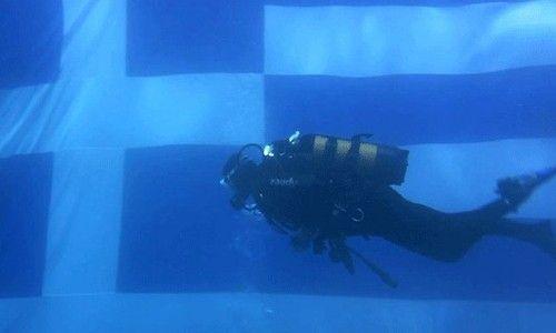 Η μεγαλύτερη υποβρύχια ελληνική σημαία!