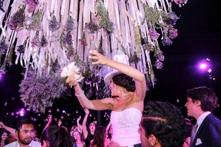 ¿Disfrutas vistiendo tu casa con telas? ¡Explota toda esa creatividad en tu boda! Bajando desde el techo, compartimentando ambientes y hasta en el pastel. No dejes que el mantel y las servilletas sean los únicos en acaparar el encanto de las telas.