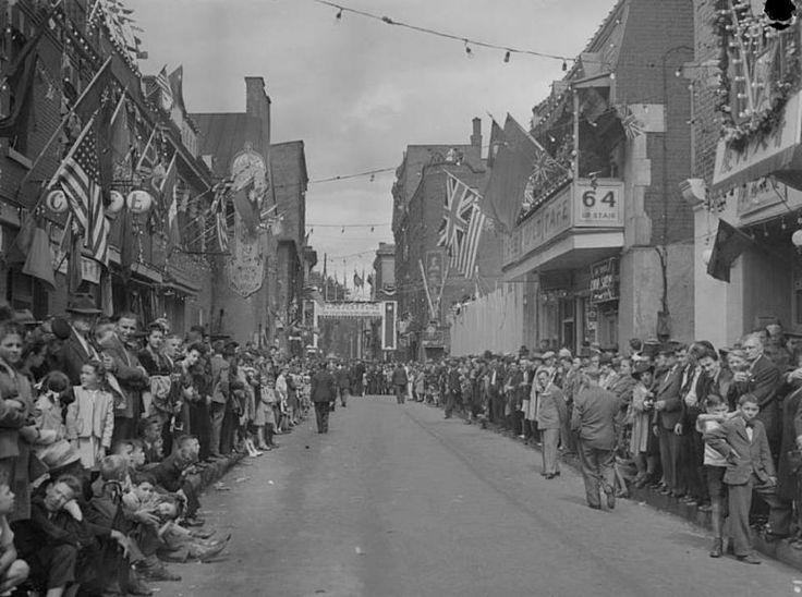 1945 La communauté chinoise célèbre le jour de la Victoire par un défilé dans les rues du quartier chinois de Montréal, Fonds Conrad Poirier, BAnQ