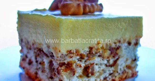 Prajitura cu crema de vanilie asezata peste un blat cu nuca macinata (glazura optionala).