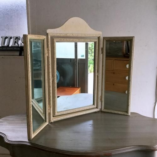アンティークの三面鏡/ドレッサーミラー アイボリーとベースのライムグリーンのペイントがチラリとみえる素敵な三面鏡です!卓上タイプのメイクアップミラー。大き目の鏡なので使いやすいですね。サイドボードやデスク、テーブルの上に置いて素敵に使ってください!