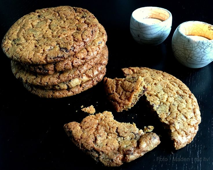 Den bedste opskrift på store og lækre sprøde chocolate chips cookies. Spis dem lune med et stort glas iskoldt mælk ved siden af.