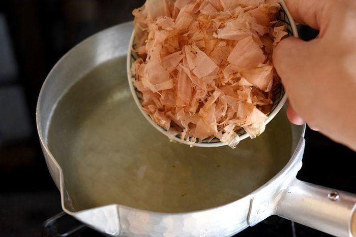 【かつおと昆布出汁の材料】 •水 … 1L •昆布 … 10g(水に対して1%) •かつお節(薄削り) … 10g(水に対して1%) 一番ポピュラーな、カツオと昆布でとる出汁の作り方です。