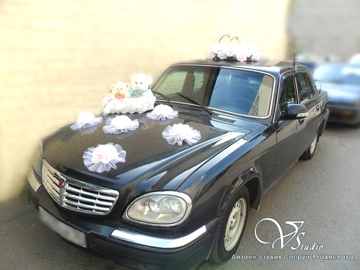 Украшение свадебного автомобиля белыми и розовыми розами для любителей медвежат: кольца, розетты, корзинка для медвежат. #свадьбы #украшение_автомобиля #прокат #медвежата #белый #розовый #soprunstudio