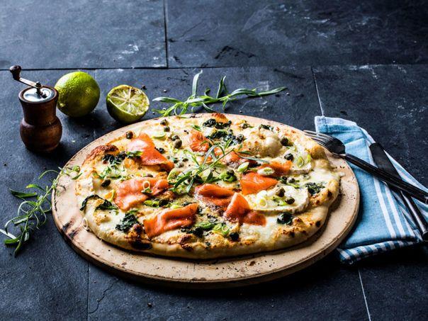 Pizza bianca med røkelaks og parmesansaus