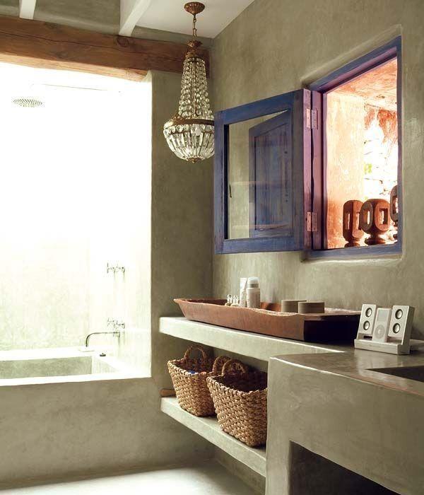 Baño original con lámpara de cristales