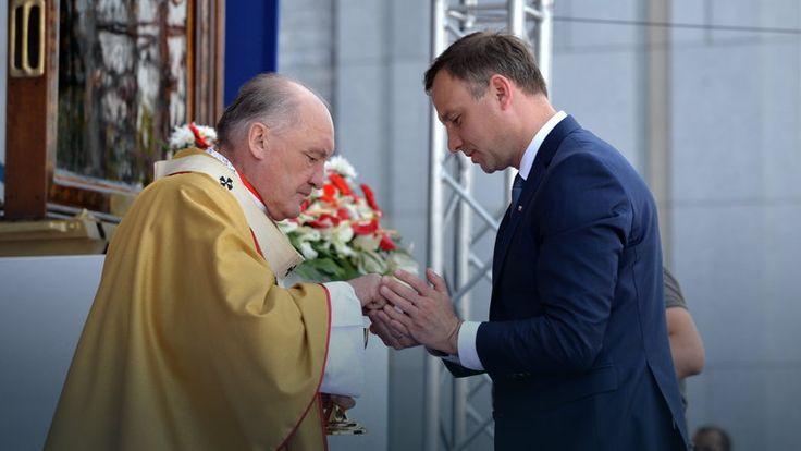 """Andrzej Duda """"ratuje"""" hostię. Czy mógł tak postąpić w świetle przepisów kościelnych? #religia"""