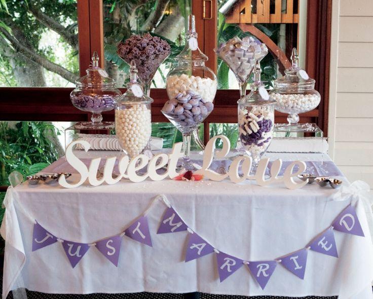 Para um casamento com decoração lilás, uma sugestão de mesa de