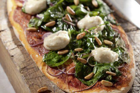 Bei diesem veganen Pizzarezept von Attila Hildmann muss man ein wenig Zeit mitbringen, aber das Ergebnis schmeckt wunderbar, darum lohnt sich jede Sekunde.