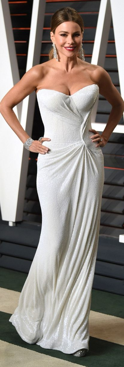 Who made  Sofía Vergara's clutch handbag, white strapless gown, and jewelry?