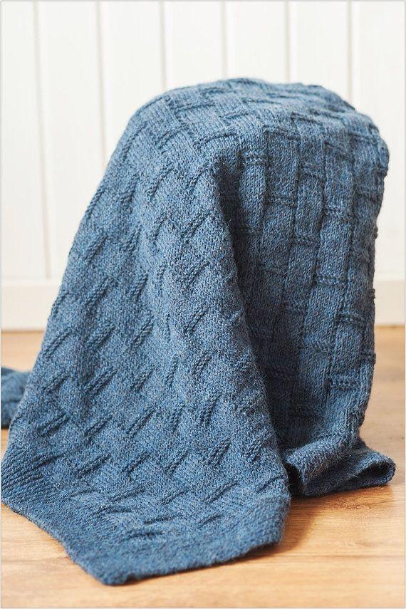 100% alpaca wol handknitted deken voor baby / Hand breien meisje/jongen algemeen / perfecte babydouche en pasgeboren cadeau  100% alpaca baby hand gebreide deken in een blauwe kleur. De garens is gecertificeerd door Öko-Tex® Standart 100.  ◇ Alpaca is de perfecte te gebruiken voor het beddegoed van de baby. ◇ is het warm en zacht, 100% hypo allergeen, waardoor het ideaal is voor gebruik tegen uw gevoelige huid van babys. ◇ is het warmer dan wol, 30%, terwijl licht in gewicht.  Gezellige en…
