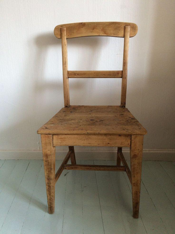 Fin solid gammel stol med vakker patina. Sittehøyde: 42cm. Rygghøyde: 87,5cm