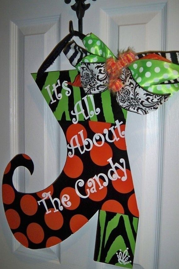 cute: Halloween Decor, Doors Hangers, Fall Halloween, Front Doors, Christmas Stockings, Halloween Wreaths, Halloween Doors, Halloween Art, Fallhalloween