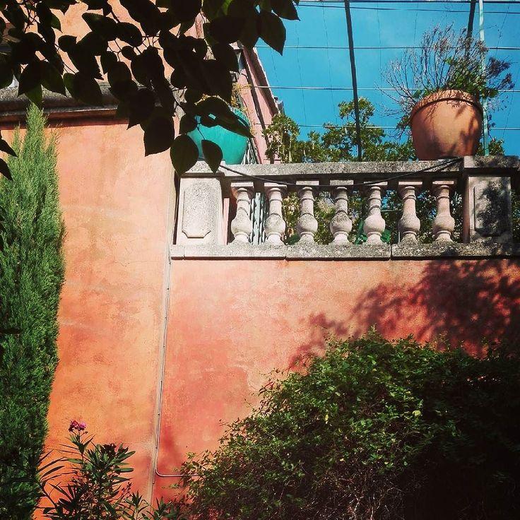 On se croirait presque à Capri #sunsetinluberon #terrassesuspendue #stunningview #menerbes #provencejetaime #lifeinprovence #frenchcountry #visitfrance #visitluberon #roadtripfrance #igerfrance #architecture #lovefrance