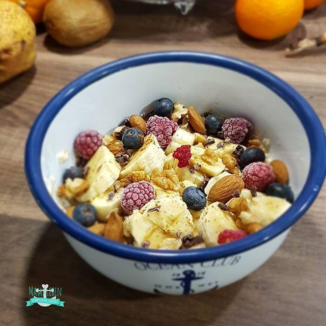 #gutenmorgen   .  Nachdem #kaffee von gestern gibt's heute auch mal #frühstück .  .  #haferflocken in Wasser eingeweicht mit #beeren #banane #nüssen #zimt und #kakaonibs .  .  Ich hab heute frei und überlege, was ich mit dem Kleinen anstellen kann. Eigentlich wartet ja online Arbeit auf mich, denn ich möchte jabden Ausflug verbloggen... habt eine schöne Woche!  .  .  #lecker #breakfast #oats #porridge #früchte #