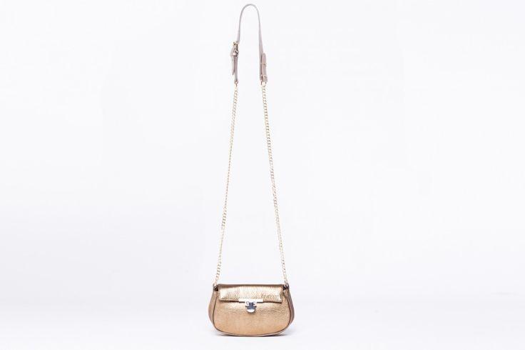 Apró táska, ami elegánsabb, és a hétköznapi viselethez is beilleszthetõ. Gyönyörű arany színben ezüst, illetve arany kiegészítőkkel(lánc, zár).