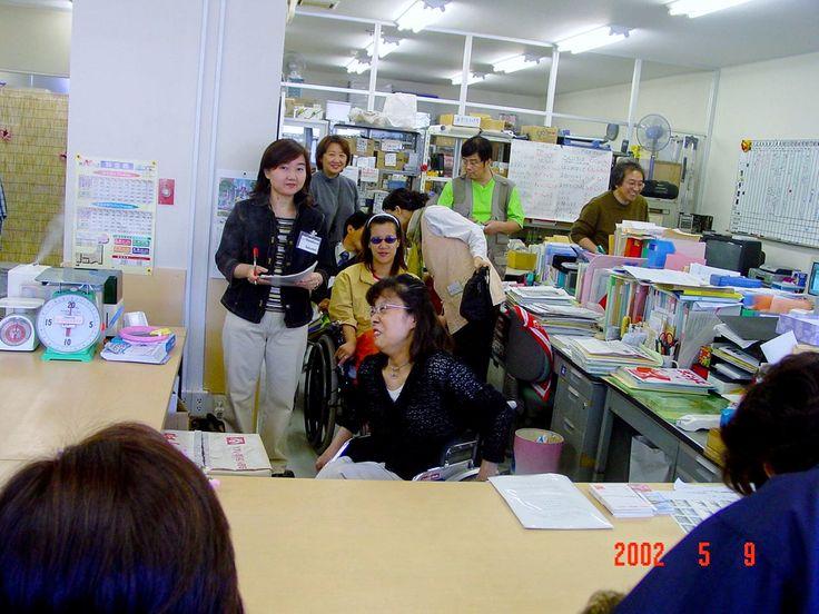 일본 장애인 단체 안비샤스 는 , 어떻게 경제활동 하여 , 시설 운영비로 쓰 는 가 ! 를  설명 하고 있는 , 일본 장애인  대표 님 .  좌측  서있는 미녀 는 , 일본측 통역 자원봉사원.