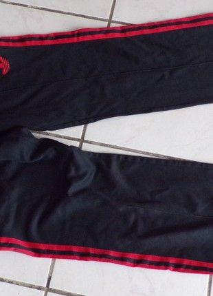 À vendre sur #vintedfrance ! http://www.vinted.fr/mode-hommes/vetements-de-sport-and-accessoires-pantalons/51370594-pantalon-de-survetement-adidas-noir-bande-rouge-vintage