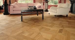 Een heel populaire vloer typen is de laminaat vloer. Een meer laag synthetische vloer waarbij een samenstelling van MDF of HDF met een print worden beschermd door een harde coating. De hout structuur is niet echt, deze wordt gesimuleerd door middel van bewerkt foto materiaal. Lees meer: http://www.baxhouthandel.com/laminaat-vloeren/