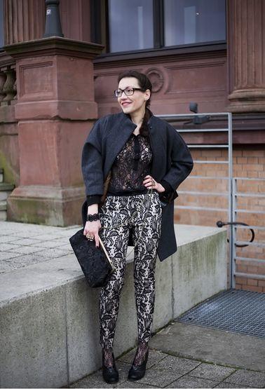 когда показывающаяся из-под брюк женская щиколотка обтянута кружевом. При этом ткань и крой брюк могут быть совершенно любыми. Узкие чёрные джинсы с молниями? Тонкие шерстяные широкие костюмные брюки? Пожалуйста! Модные ныне брюки-кюлоты? Даже кружевные «сигаретки» я надевала с кружевными же носками. Мне это сочетание кажется красивым и очень носибельным.