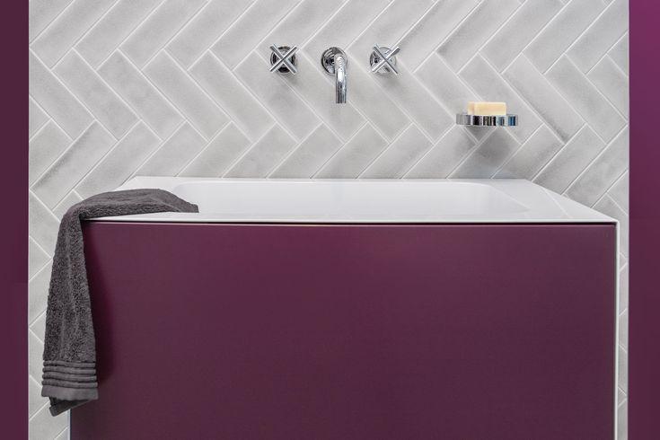 Einrichtungsidee für das Badezimmer: Fliesen in kreativem Zickzack-Muster verlegen wie hier mit der ATALA Fliese CAPRI in Asch-Grau glänzend