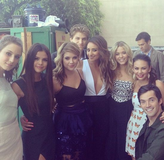 selena gomez with the pretty little liars cast.