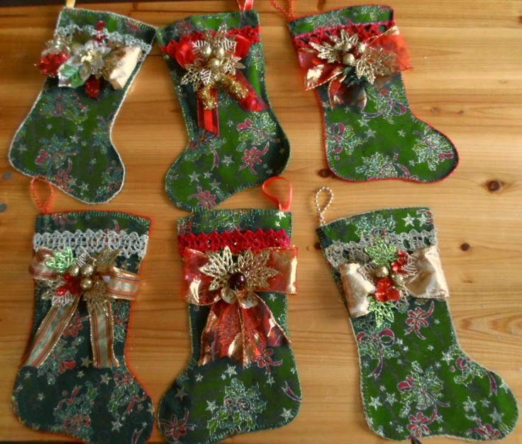 Christmas booties handmade. Botitas navideñas con borde a crochet y aplicaciones en cinta y fantasía.